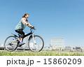 マウンテンバイクに乗る女性 15860209