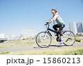 マウンテンバイクに乗る女性 15860213