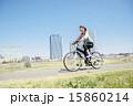 マウンテンバイクに乗る女性 15860214