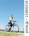 マウンテンバイクに乗る女性 15860216