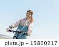マウンテンバイクに乗る女性 15860217