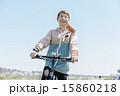 マウンテンバイクに乗る女性 15860218