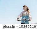 マウンテンバイクに乗る女性 15860219