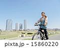 マウンテンバイクに乗る女性 15860220