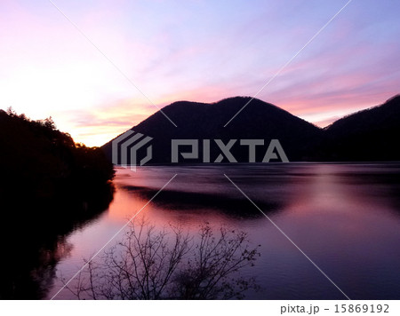 北海道然別湖の夕景 15869192