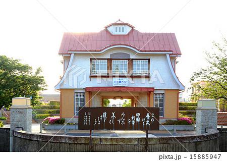 田園調布駅ロータリーの石碑と旧駅舎 15885947