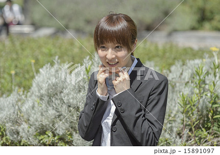暑い夏にスーツを着た若い女性が汗を拭いている姿 15891097