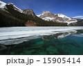 湖面 エメラルドブルー カナディアンロッキーの写真 15905414