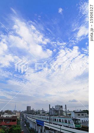 青空と白い雲と東京メトロ千代田線の16000系電車 15906327