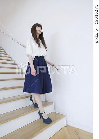 写真素材: 階段を降りる女性