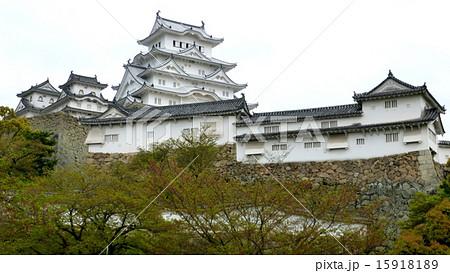 くもり空の姫路城 15918189