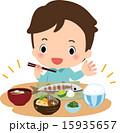 和食の晩御飯を食べる男性 15935657