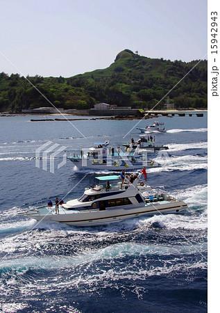 父島、出港(船から見た見送り風景) 15942943