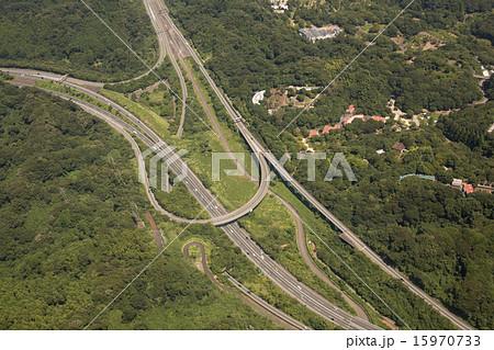 横浜横須賀道路の釜利谷ジャンクション付近を空撮 15970733
