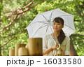 日傘を差す観光地の女の子 16033580