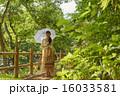 日傘を差す観光地の女の子 16033581