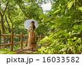 日傘を差す観光地の女の子 16033582