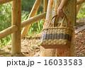 観光地の女性のバッグ 16033583