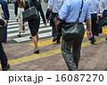 足元 横断歩道 渡るの写真 16087270