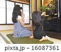 仏壇に手を合わせる女の子 16087361