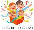 ポップな家族4人が箱から手を広げる 16101183