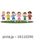 サッカーをする子供たち 16110290