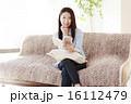 ソファー 座る 人物の写真 16112479