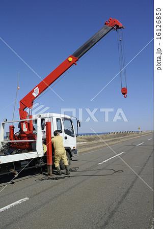 ユニック車のクレーンによる吊り上げ準備 16126850