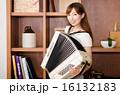 アコーディオンをひく女性 (No.2529) 16132183