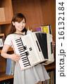 アコーディオンをひく女性 (No.2534) 16132184