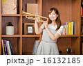 トランペットと女性(No.2536) 16132185