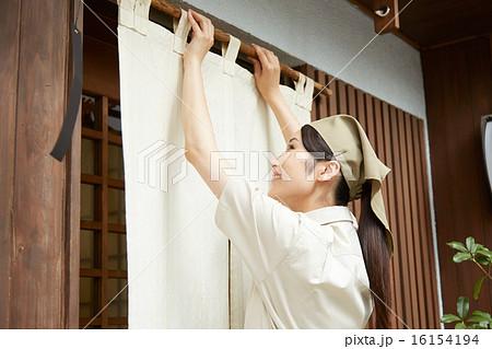 暖簾をかける店員 16154194