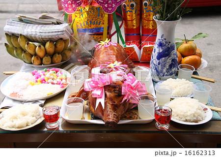 ベトナム テト(旧正月)前のお供え物の子豚の丸焼きの 16162313