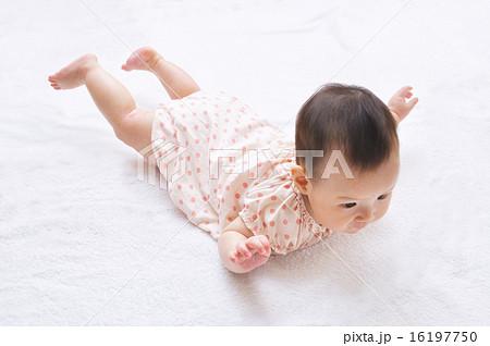 飛行機のポーズをする生後6ヶ月の赤ちゃん 16197750