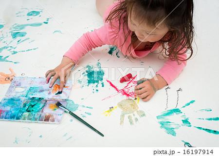 絵を描く女の子 16197914