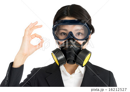 防毒マスクを着けた女性 16212527