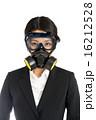 防毒マスクを着けた女性 16212528