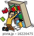地震で本棚を押さえる人 16220475