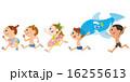 子供達が海、プールで走る 16255613