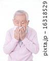 鼻をかむシニア 16318529