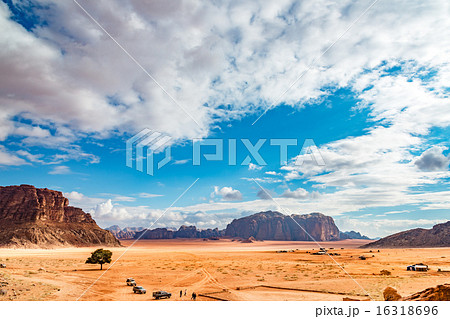 ヨルダンの砂漠(ヨルダン、ワディ・ラム保護区) 16318696