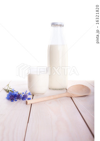 Milk cup and bottle on wooden tableの写真素材 [16321820] - PIXTA