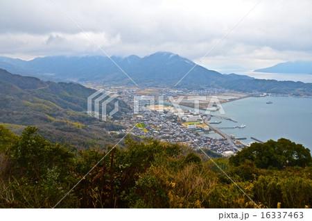 高台から入江の集落を見下ろす(周防大島/山口県大島郡周防大島町) 16337463