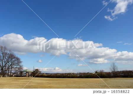 一列に並んだ雲 16358822