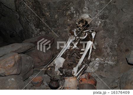 ボリビア ウユニ塩湖 トゥヌパ山 ミイラ洞窟 16376409