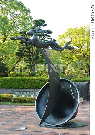 バリー・フラナガン作「三日月と鐘の上を跳ぶ野ウサギ」(大濠公園/福岡県福岡市中央区) 16415325