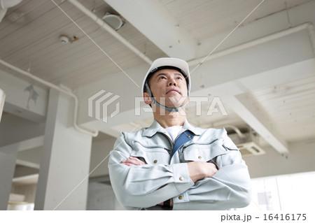 腕組みをする男性作業員 16416175