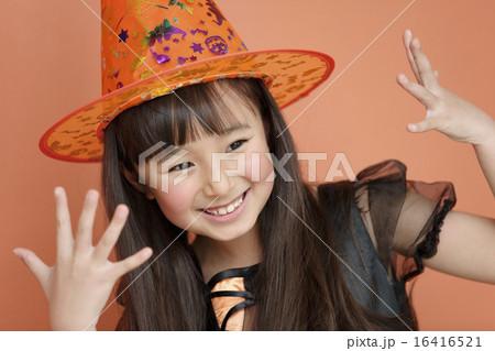 ハロウィンの衣装を着た女の子 16416521