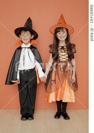 ハロウィンの衣装を着た男の子と女の子 16416866