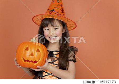 ハロウィンのカボチャを持つ女の子 16417173